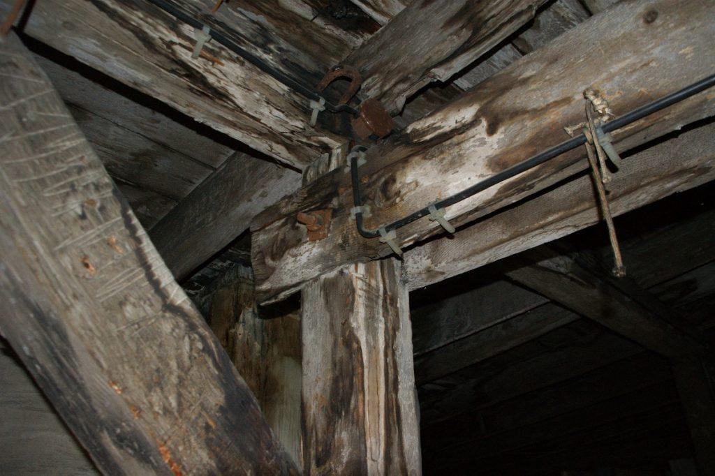 fragment więżby dachowej porażonej przez grzyby